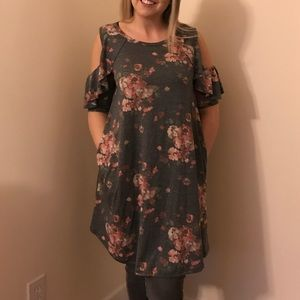 Super cute flowy floral dress with pockets!
